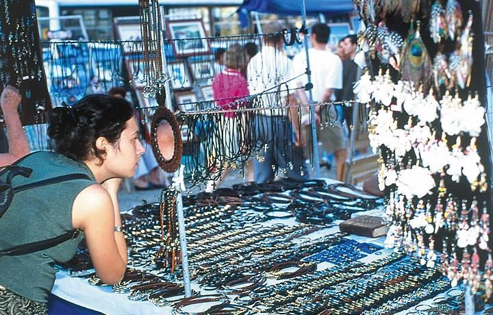 Na praça tem de tudo - de acarajé a obras de arte, além de roupas e bijuterias
