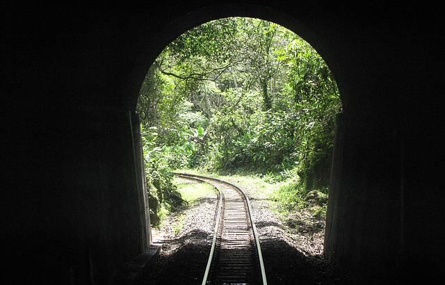 Um dos 13 túneis da Serra do Mar