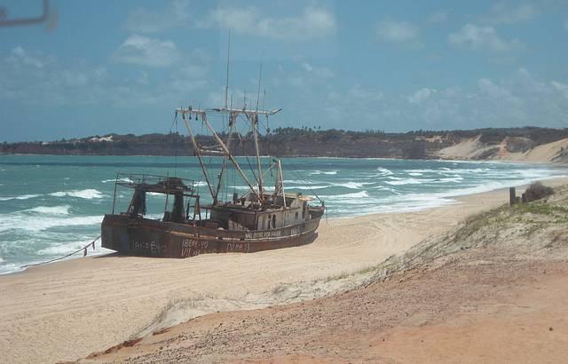 Navio cargueiro abandonado por africanos
